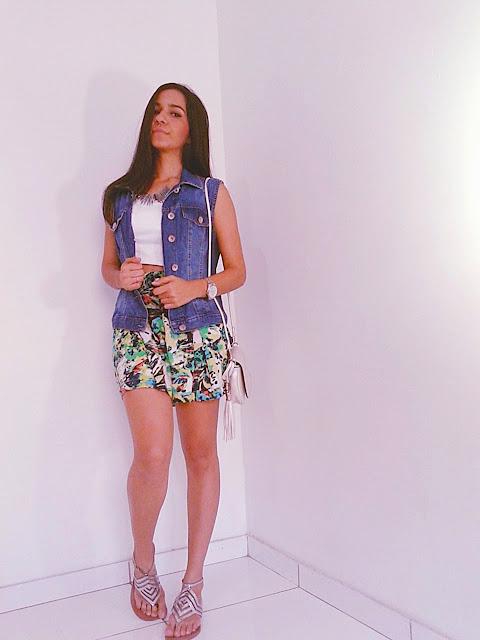 Short saia estampado com cropped branco e colete jeans