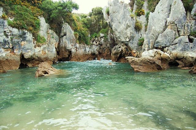 أغرب شاطئ يمكن أن تراه شاطئ '' هوليغا '' في أسبانيا ، شاطئ مغلق لا يرى البحر!! Gulpiyuri-beach-82