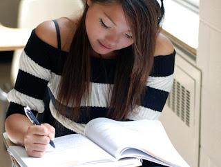 chica estudiando con libro