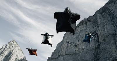 Cuatro hombres pájaro vuelan entre montañas. Warner, 2015.