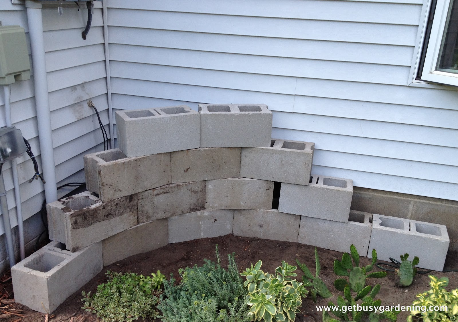 Building a concrete block planter get busy gardening for Concrete block landscaping ideas