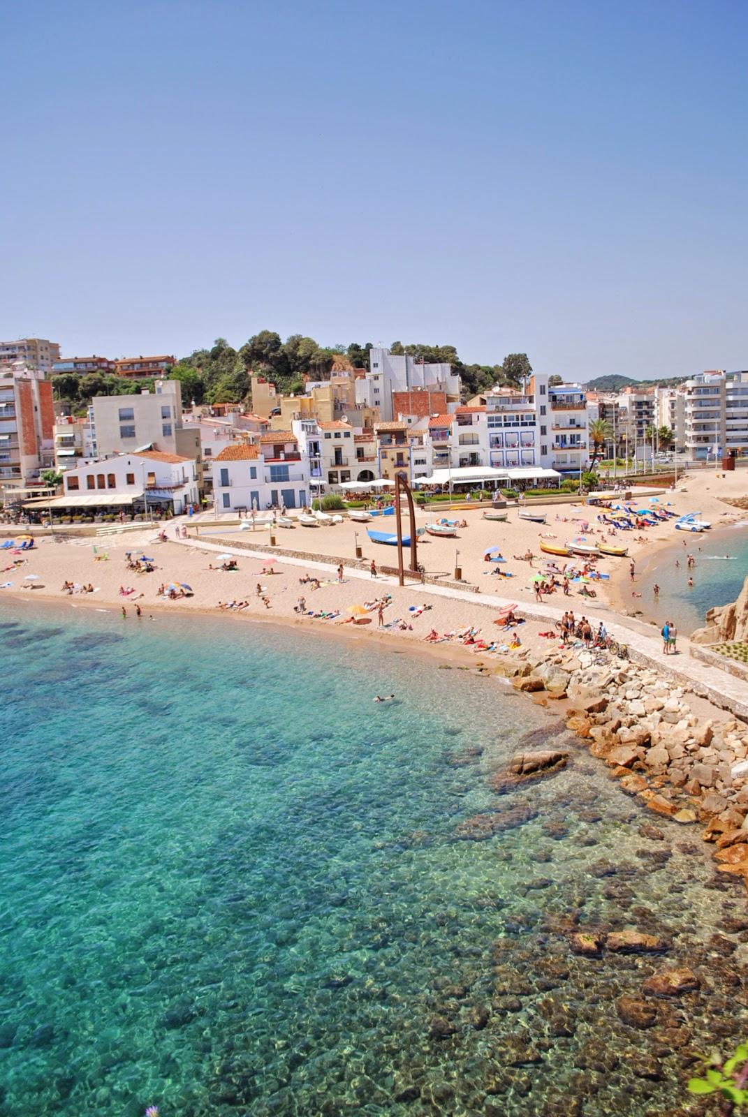 Бланес, вид на город со скалы в море. Коста Брава, Каталония, Испания.