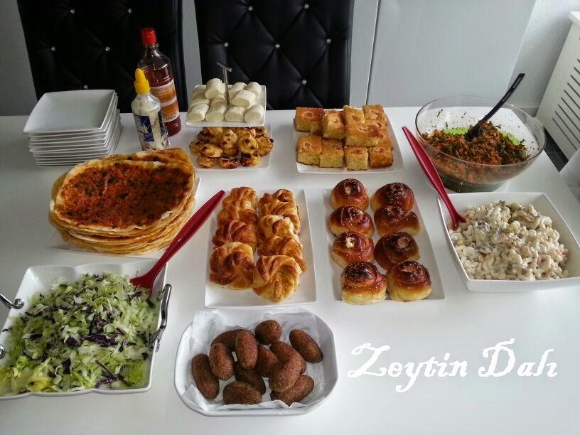 lahmacun,poğaça,açma,kuru üzümlü milföy,milföy,kısır,makarna salatası,kayısılı bademli kek,kek