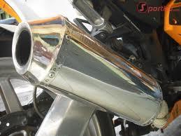 memakai knalpot racing untuk membuat tarikan motor lebih enteng atau
