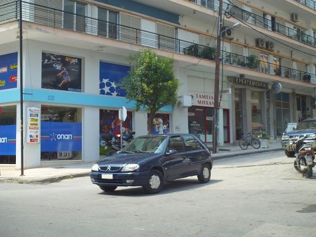 Παρκαρισμένος στη μέση του δρόμου