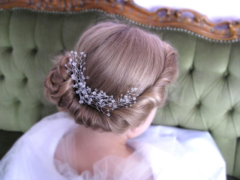 Romantyczna fryzura ślubna, niskie upięcie