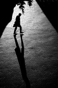 El hombre y su sombra