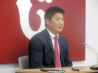 契約更改交渉を終え、会見する村田=球団事務所