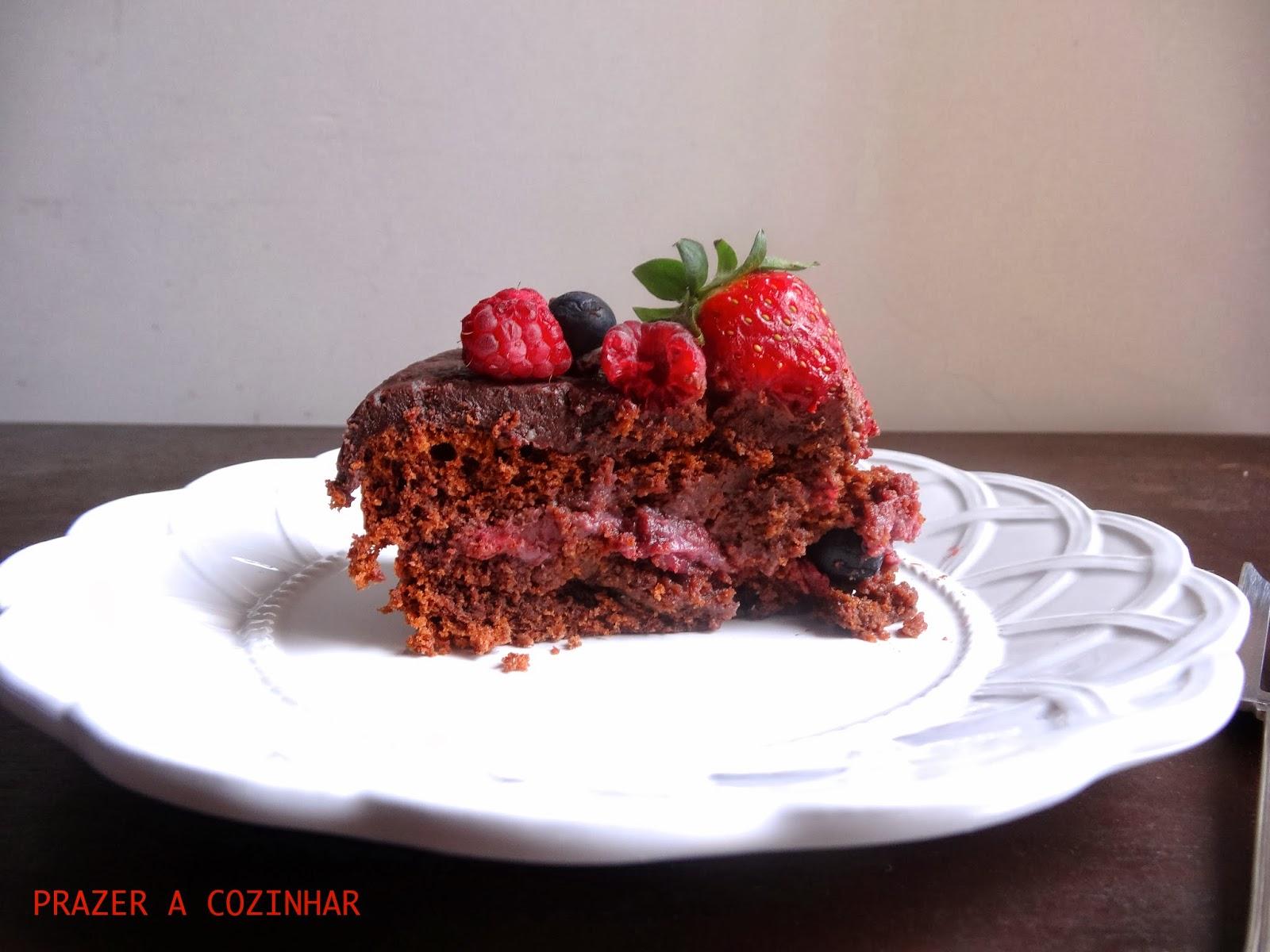 prazer a cozinhar - Bolo de chocolate com recheio de frutos vermelhos