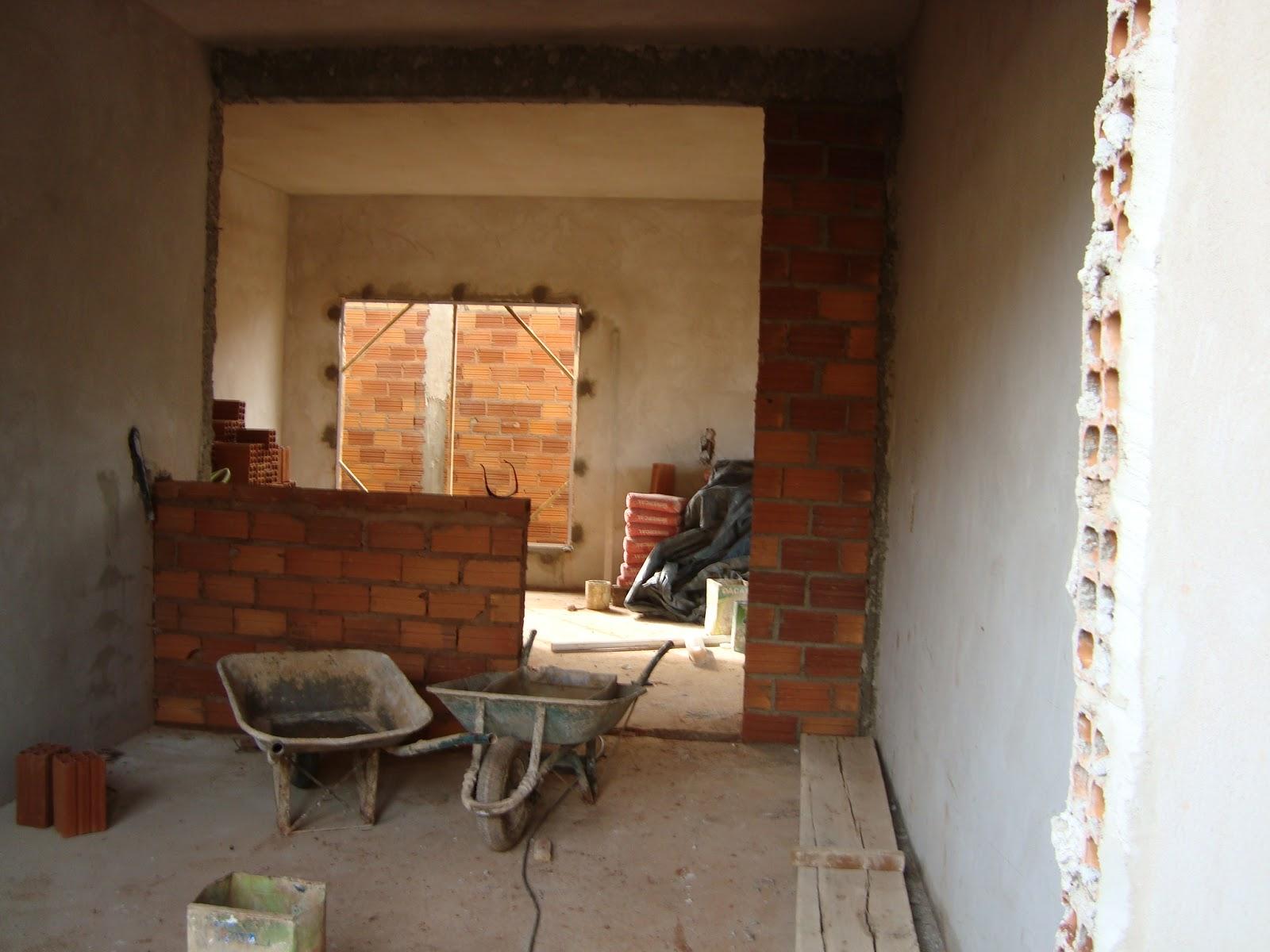 esse espaço pequeno embaixo da janela pra fazer um armário ou pia #9B5E30 1600 1200
