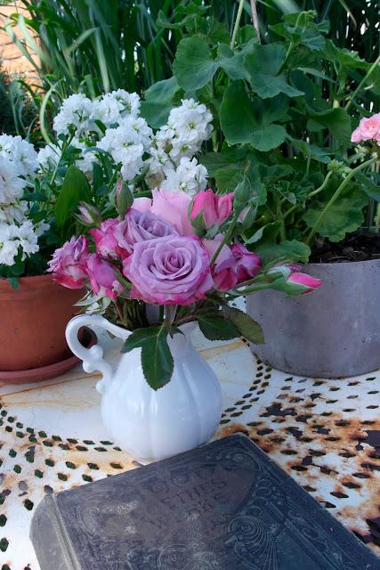 GartenTisch mit Rosendekoration