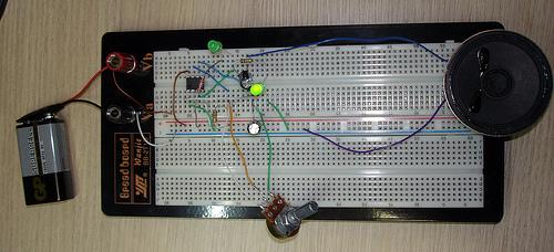 circuito metrónomo protoboard