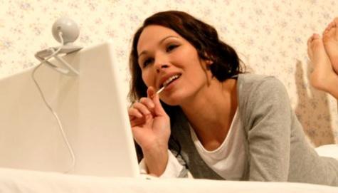 Twitter dan Facebook Rusak Romantisme di Ranjang