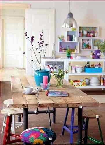 Stół z desek na metalowym stelażu, stół drewniany, kolorowe taborety, turkusowa donica na stole
