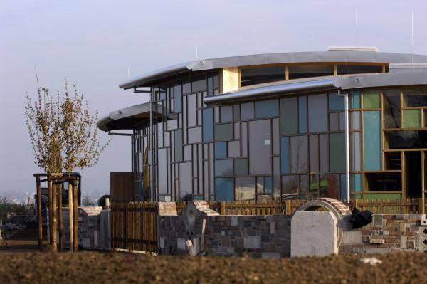 Edificio de oficinas realizado con materiales reciclados la kincalla producciones - Edificio de oficinas ...