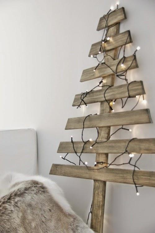arbol de navidad de listones de madera con guirnalda de luces blancas - Arbol De Navidad De Madera
