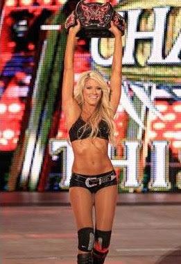 diva de la WWE Kelly Kelly con su sinturon de campeona de divas en su presentasion