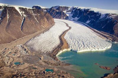 Río congelado junto a las montañas - Ice river