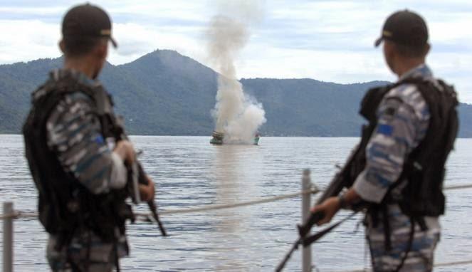 Anggota TNI AL dari KRI Todak saat melakukan pengawasan saat meneggelamkan tiga Kapal Ikan berbendera Vietnam di Perairan Tarempe, Kepri,