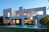 fachada de casa moderna blanca con piscina