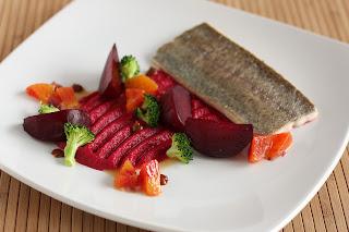 hal sült pisztráng filé sült cékla püré brokkoli földimogyoróvaj földimogyoró vérnarancs narancs vinaigrette öntet malátakivonat malátaszirup szójaszósz