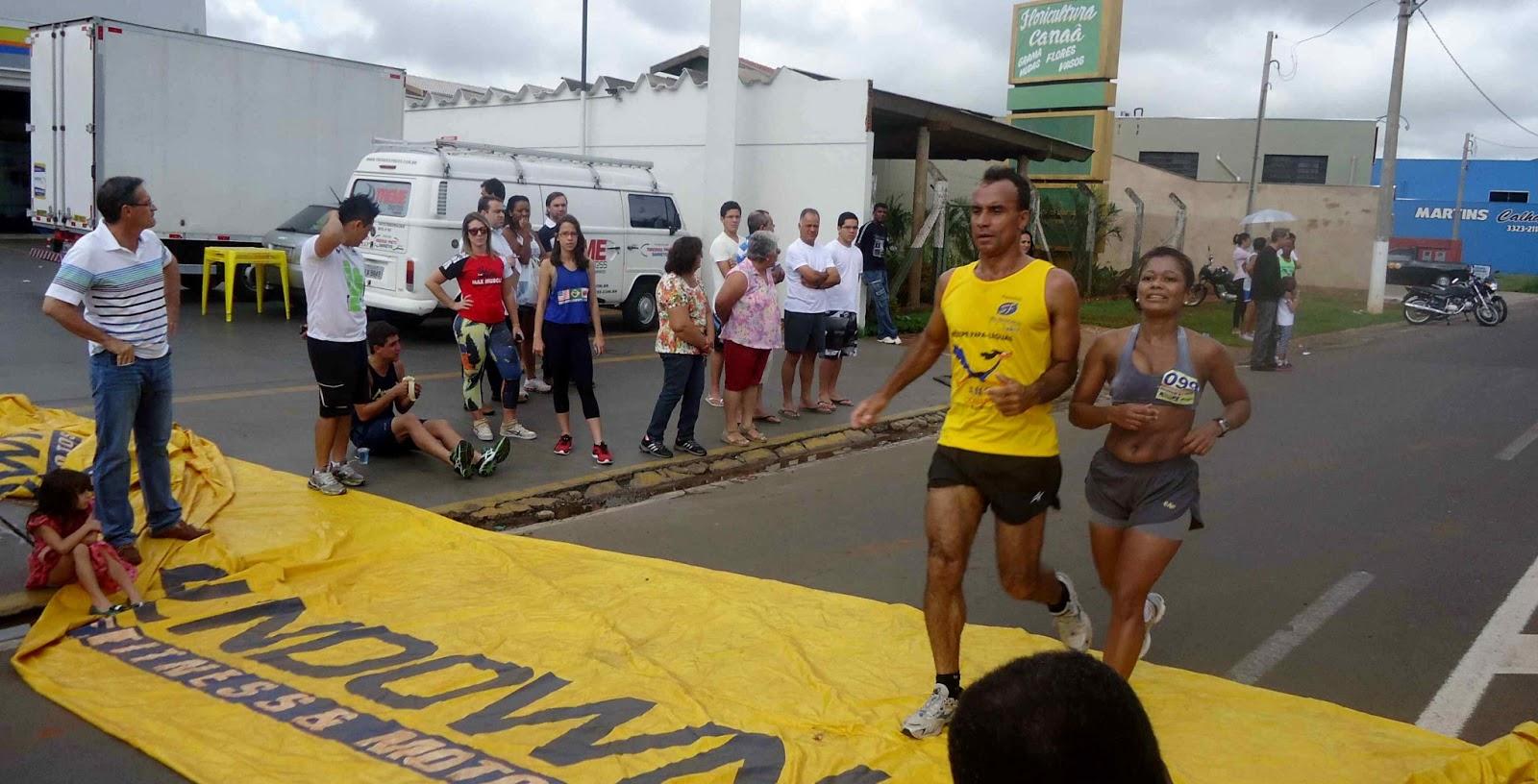 Foto 136 da 1ª Corrida Av. dos Coqueiros em Barretos-SP 14/04/2013 – Atletas cruzando a linha de chegada