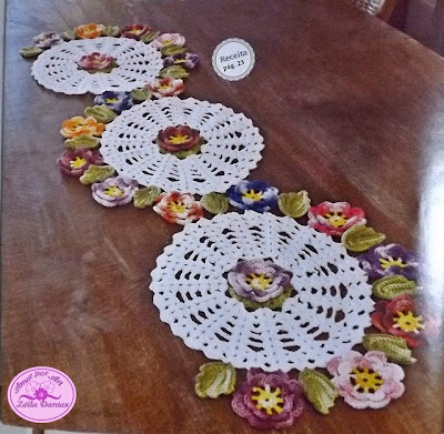 Caminho ou Centro de Mesa em crochê com flores e Gráfico