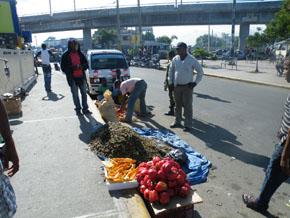Vendedores ambulantes vuelven a ocupar estación Mama Tingo del Metro Santo Domingo