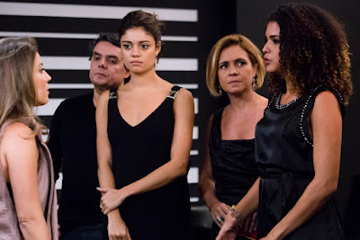 Alice (Sophie Charlotte), Inês (Adriana Esteves) e Evandro (Cássio Gabus Mendes) observam. Crédito: Globo/Tata Barreto