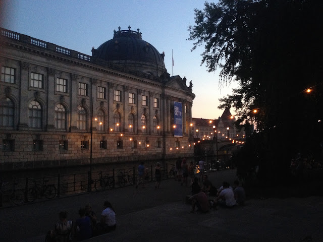 TheBlondeLion Look Outfitoftheday Berlin Traveldiary Reisebericht http://www.theblondelion.com/2015/08/look-pop-of-orange-museumsinsel-berlin.html