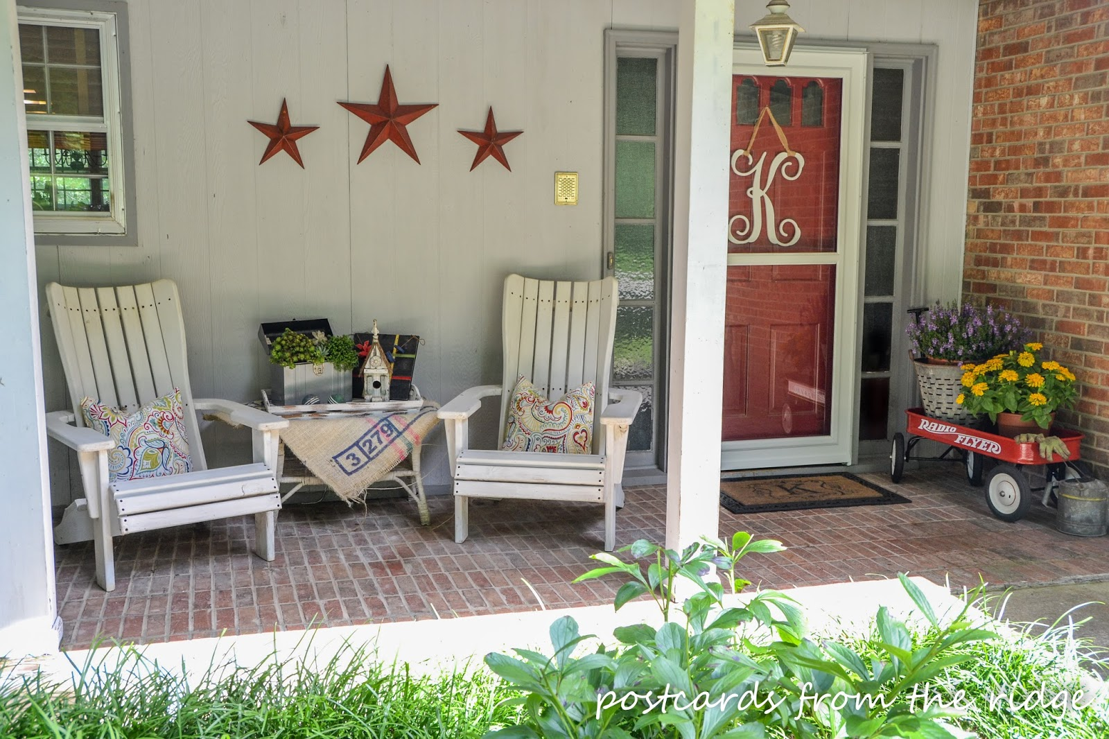 summer front porch decor procrastinator 39 s tour postcards from the ridge. Black Bedroom Furniture Sets. Home Design Ideas