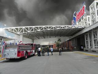 Incendio causa pérdidas millonarias en tienda La Sirena de la Charles de Gaulle