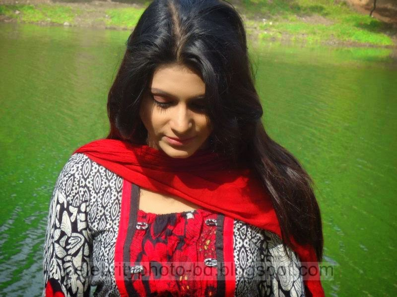 Bangeli+Model+Wahida+Rahi's+Exclusive+PhotoShoot+Collection+at+Dhanmondi+Lake+In+Salowar+2014 2015001