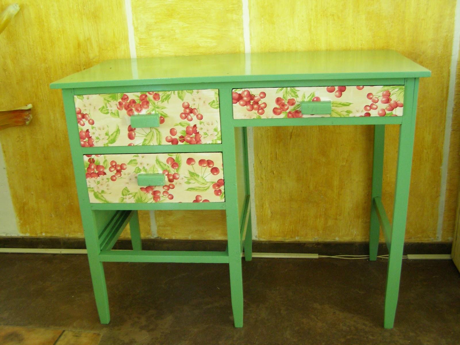fiz uma cadeira com o mesmo tecido da escrivaninha pra fica munitin #634A10 1600x1200