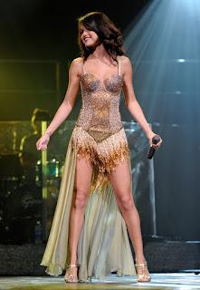 """Selena Gomez Dengan Pakaian Model """"Keranjang Robek"""""""