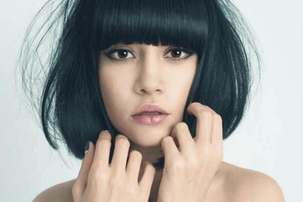 Ada beberapa model rambut yang ternyata sangat cocok digunakan untuk pemilik dahi lebar. Dengan model rambut ini dahi lebar anda akan tersamarkan