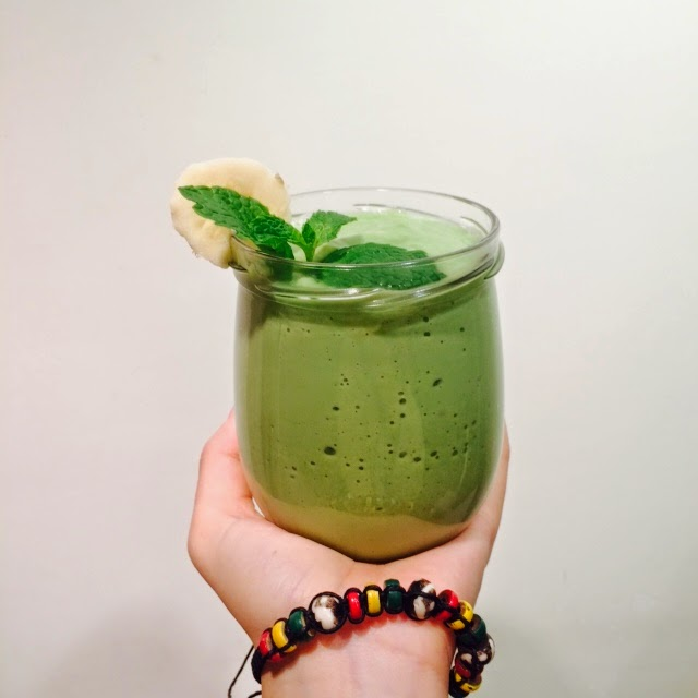 Creamy Avocado Spinach Green Smoothie Recipe