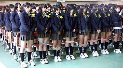 Siswi SMA Jepang Lepas Celana