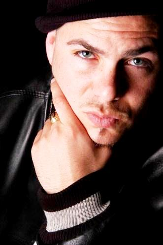 Pitbull sin anteojos oscuros
