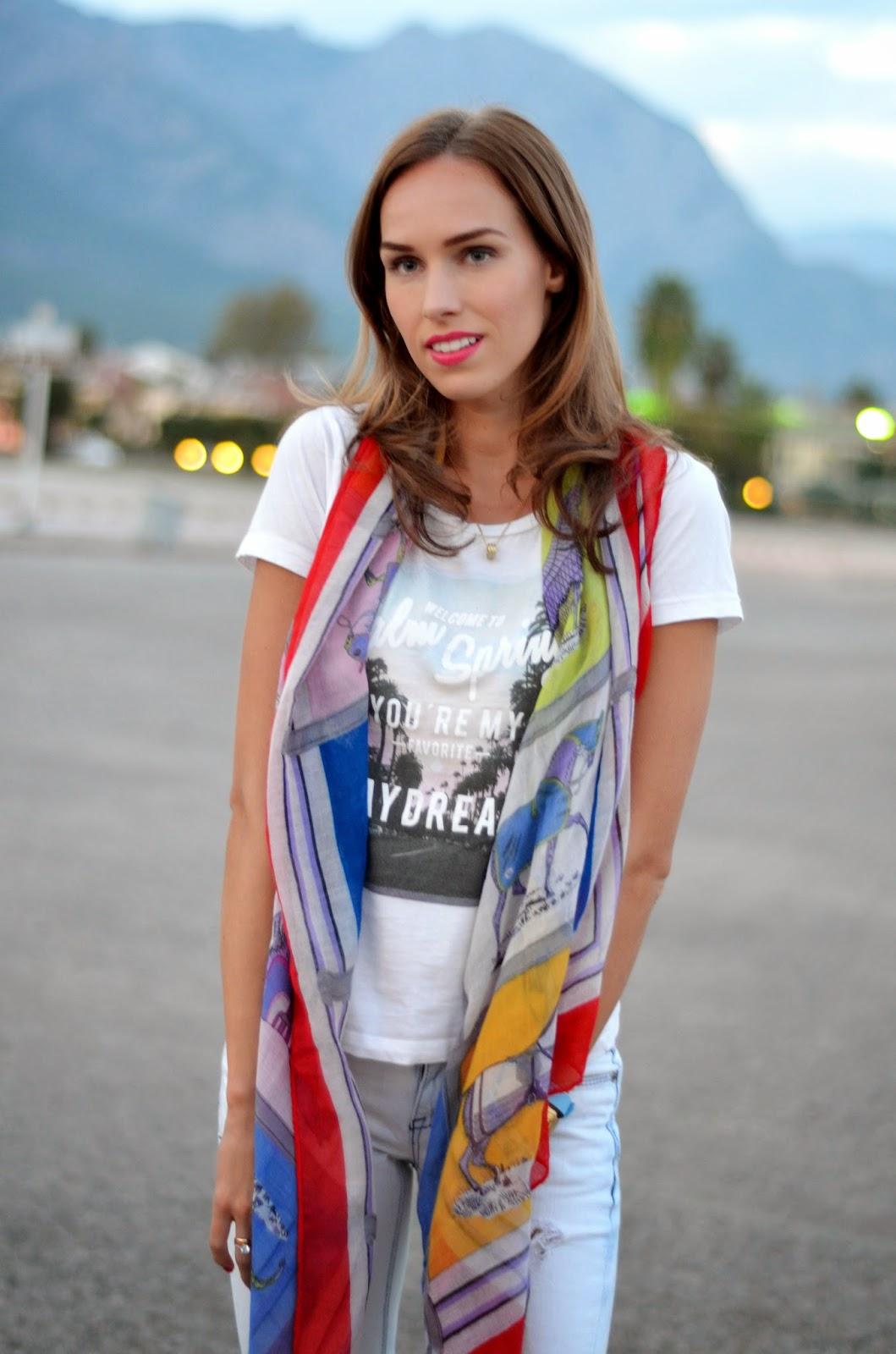 red-horse-scarf-white-tshirt-gina-tricot kristjaana mere
