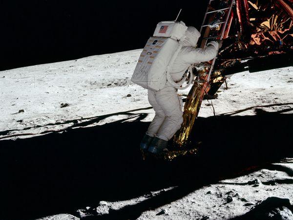 moon hoax light weird 10056 600x450 Menganalisa Peristiwa Pendaratan Manusia Pertama Kali Di Bulan
