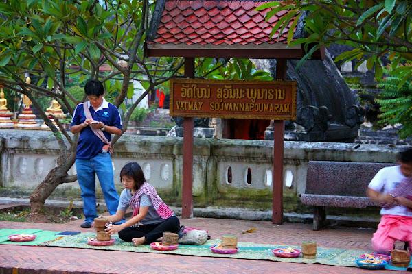 Giving alms Wat Mai - Luang Prabang