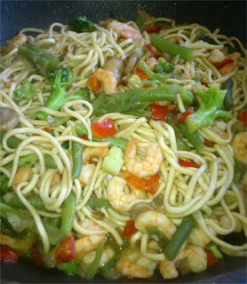 Poêlée de petits légumes aux nouilles et crevettes