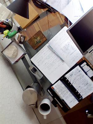 Blick auf den Schreibtisch (Vogelperspektive)