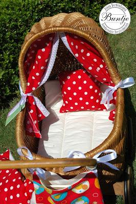 Puppenwagen restaurieren beziehen neu nähen alt Rattan pimpen Baumwolle Spitze rot weiß gepunktet handmade Buntje Geschenk Taufe