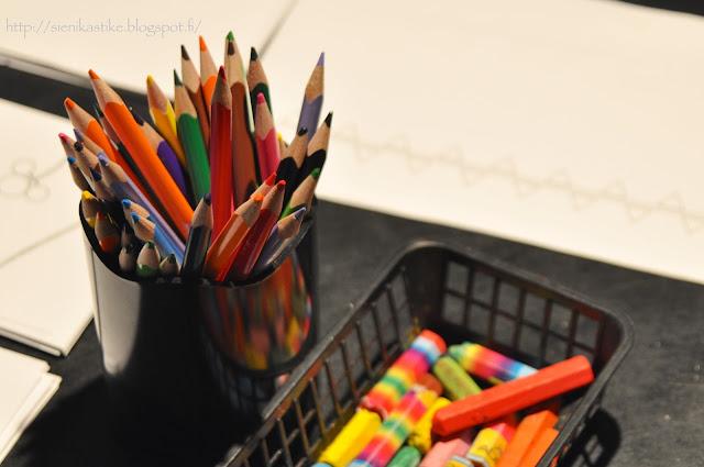 цветные карандаши, мелки для рисования