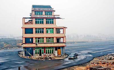 casa en medio de la carretera en china