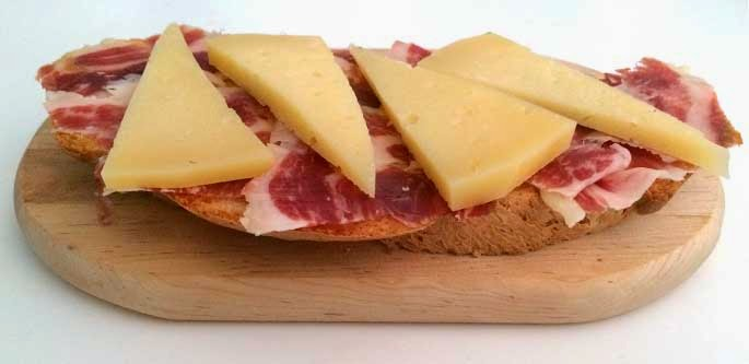 Tosta de jamón ibérico de bellota y queso puro de oveja