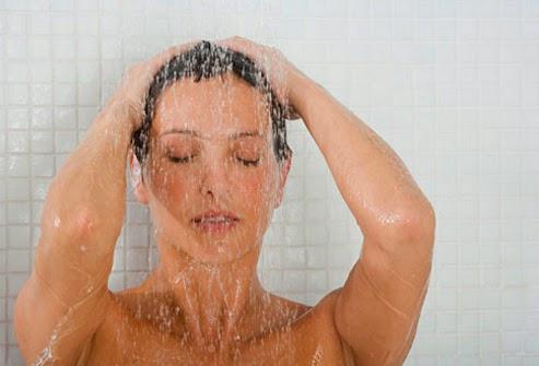 Tips cara membersihkan tubuh dan badan dengan mandi yang sehat, bersih, dan segar