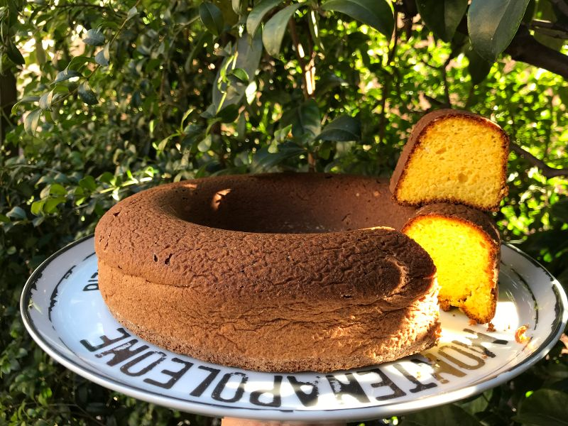 Pan d'arancia senza farina e con un'arancia intera